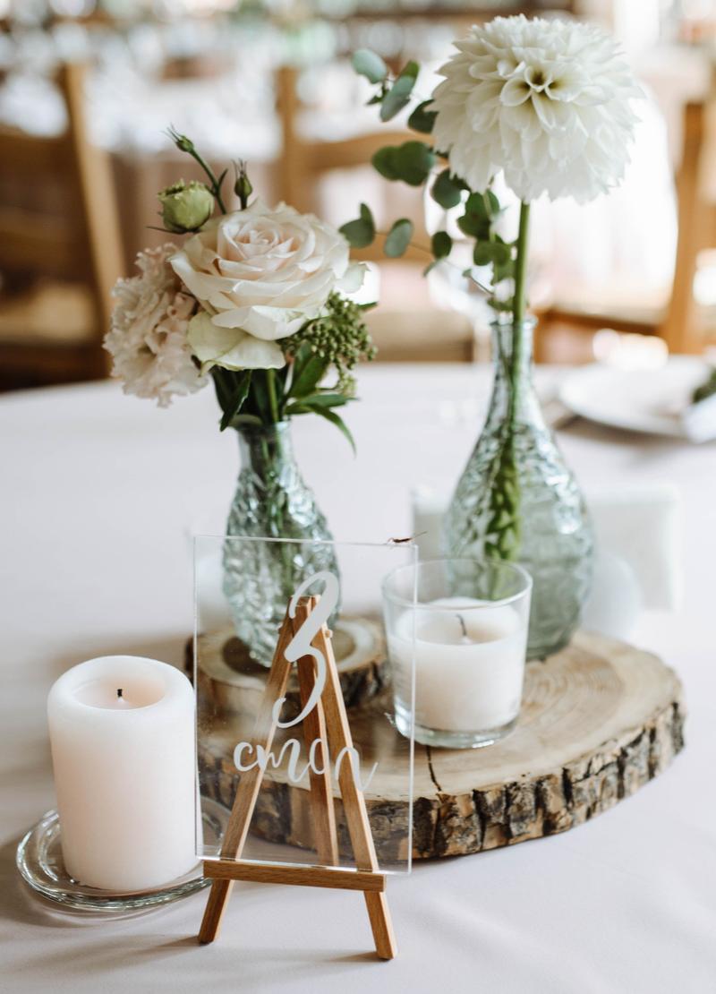 Tischdeko in Weiß mit Baumstamm