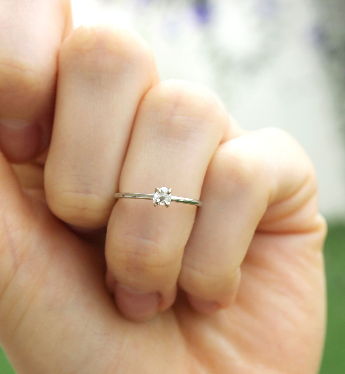 Nossa noivinha queria uma aliança delicada, como ela, e com um diamante  bruto, o resultado foi esse! anel de noivado feito à mão em ouro branco. ❤ b5c7e38eee