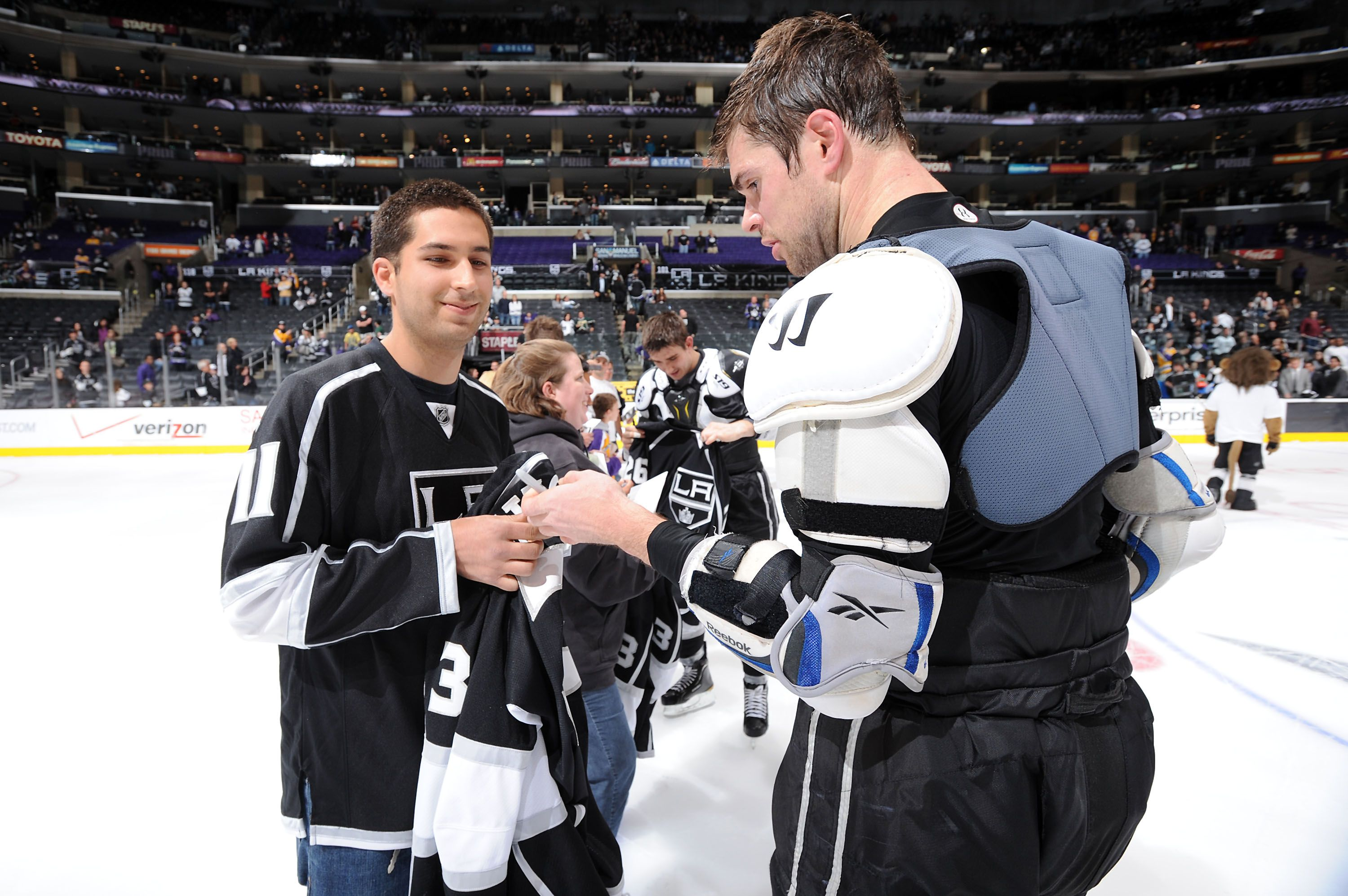 Mitchell Autographs A Jersey After A La Kings Game Actually Lucky Fan Gets Jersey After Last Kings Home Game Of 2012 Reg La Kings Hockey La Kings Kings Game