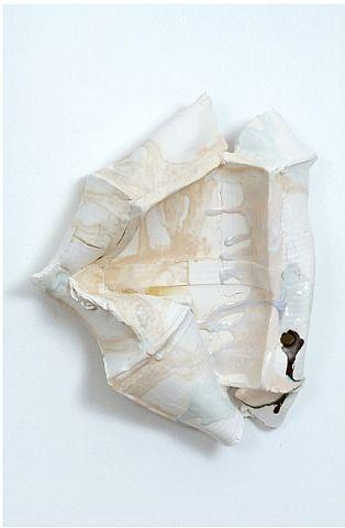 Nicole Cherubini. Dit lijkt op gesmolten plastic wat daarna bewerkt is met verf. Het is een interessante ondefinieerbare structuur.