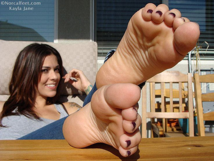 Gorgeous brunette with sexy feet
