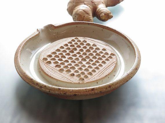 Ingwerreibe Keramik Ingwer Und Knoblauchreibe Keramikreibe Fur Ingwer Knoblauch Muskat Auf Bestellung Platos De Ceramica Ceramica Ideas Ceramica Artesanal