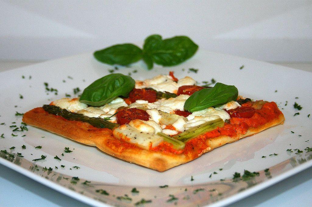 https://flic.kr/p/eeAMio | 36 - Spargel-Pizza mit Ajvar & Ziegenfrischkäse / Asparagus pizza with ajvar & soft goat cheese - Seitenansicht | [Rezept / Recipe]