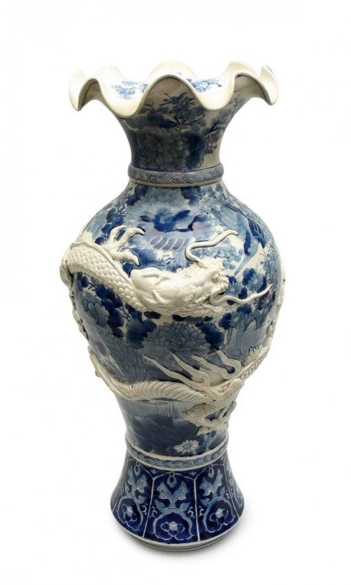 Vase, China, Qing Dynasty porcelain, underglaze blue paints; decorated with dragons; height 55 cm
