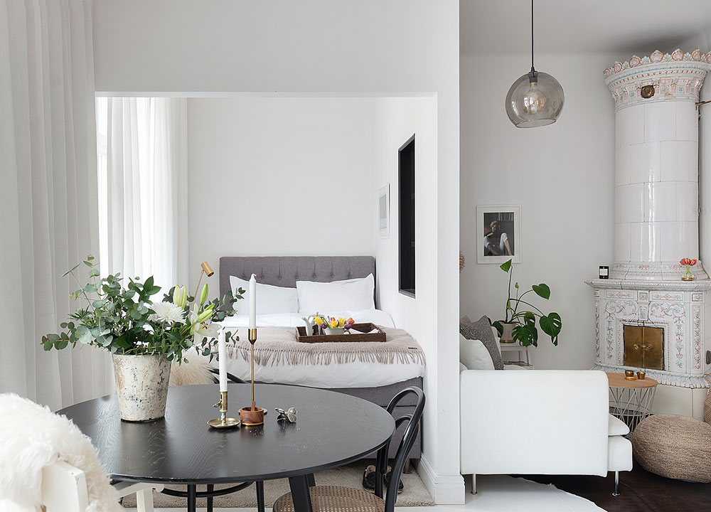 Charming Small White Apartment With Separate Bedroom 37 Sqm Foto Idei Dizajn In 2020 Small Apartment Interior Interior Design Apartment Small White Apartment