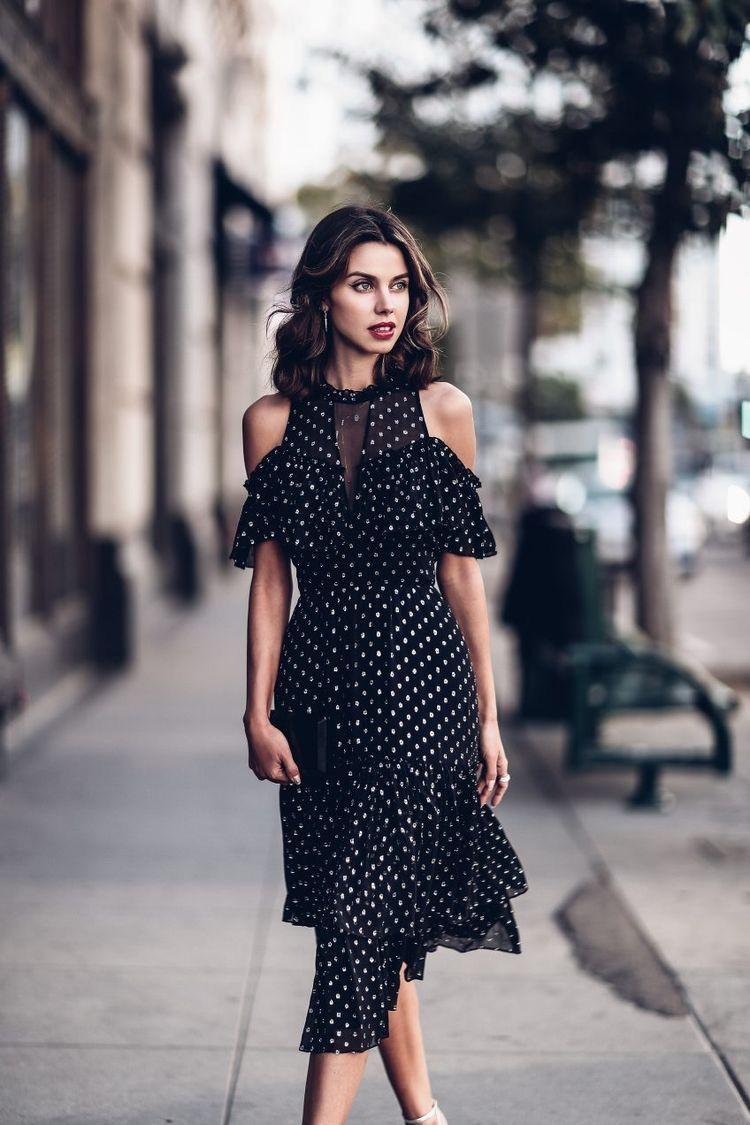 vestido preto de bolinha branca
