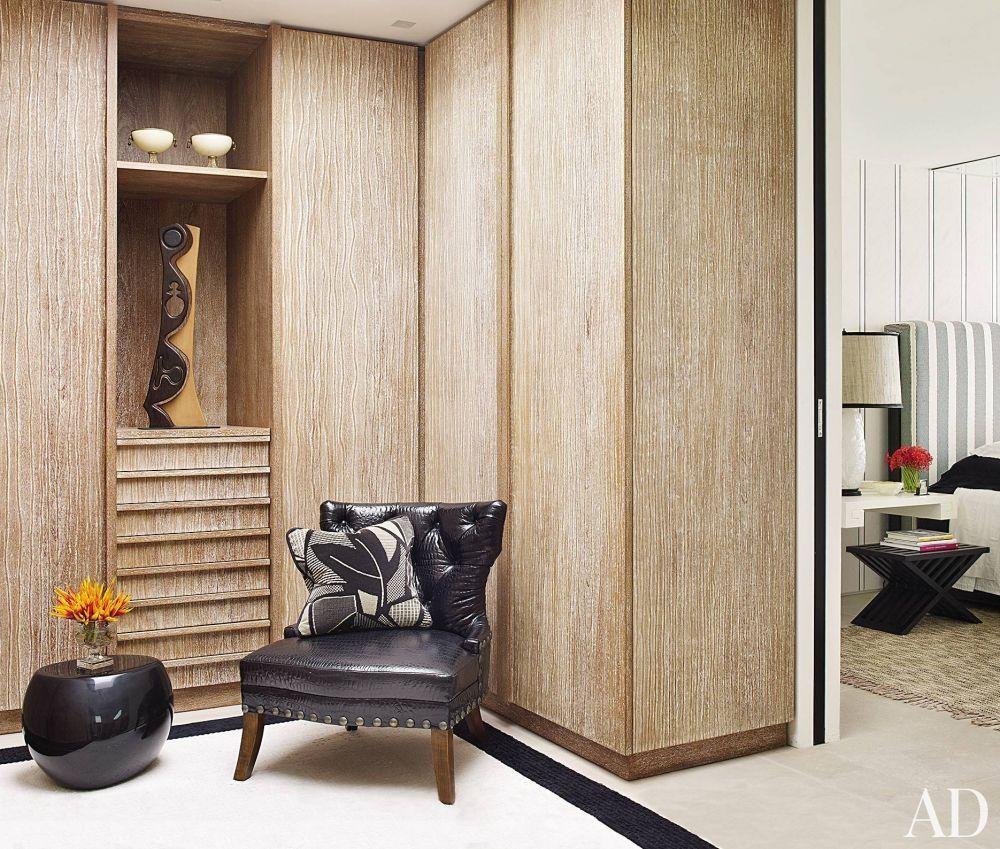 Contemporary dressing room closet by alberto pinto and bernardes jacobsen arquitectura in rio de janeiro brazil