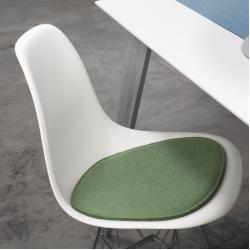 Photo of Cojín de asiento violeta para Eames Side Chair Metz Textil & Design