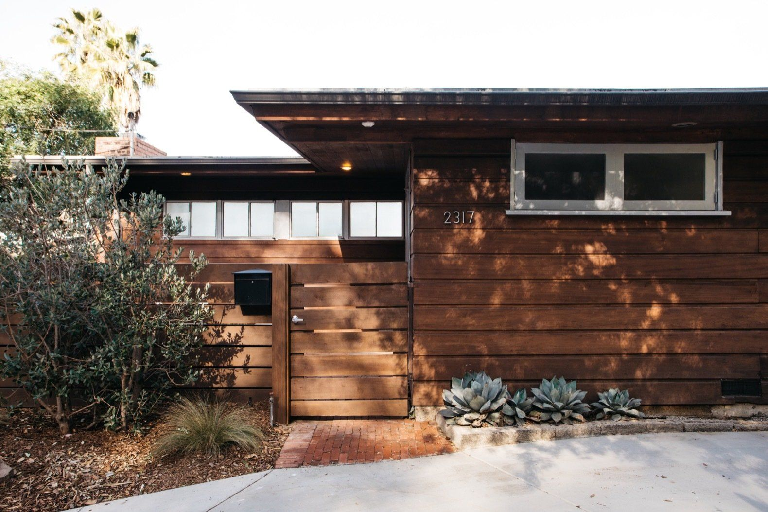 19 Laudable Midcentury Modern Renovations In Los Angeles In 2020 Modern Renovation Architecture House Exterior Lighting