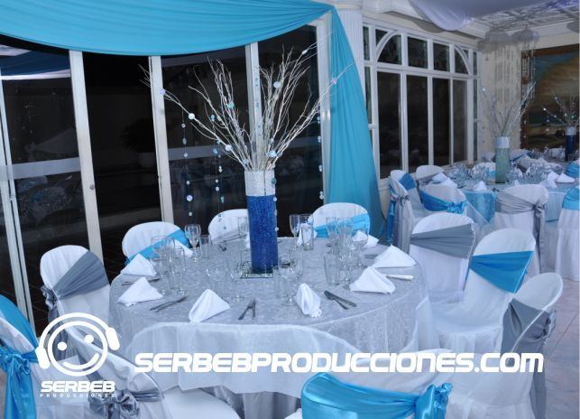 Mesas decoradas para 10 invitados 15 a os plateado con for Mesas decoradas para 15 anos