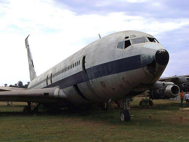 エンテベ国際空港の廃飛行機 | A...