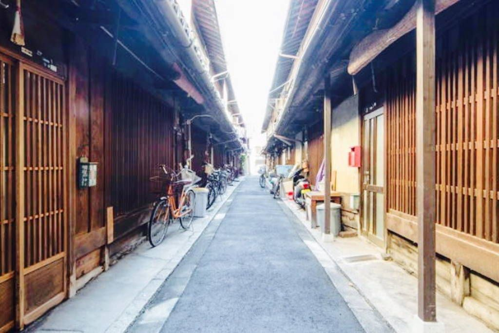 Casa en Kyoto-shi, Japón. Travel back in time at this Inn here: a 150-year history balanced with modern amenities. wood style rooms, futons, and tatami floors. Easy bike/transit access to all Kyoto sights!  京町家。京都の古い町家をリフォームし、京都旅行に来られた方に空間の提供を行っております。1部屋からシェアルームまで、できる限りご要望...