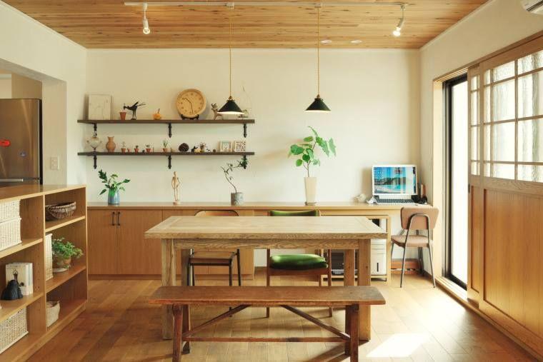清美學的生活感,總是讓人著迷,木質空間與留白,讓生活飄散著輕透,彷彿孩子在這樣的空間生長、大人在裡面生活著,是一種充滿自在的幸福。 LDK悄悄地用不同的天花板材質隱晦地區劃空間性能,傳統的和式窗扇讓空間多了一份古樸,此案有趣的在於樓梯旁的書牆,消弭牆面的壓迫,樓梯變成圖書館,讓整個家都有生活自處的地方! via 株式会社アネストワン
