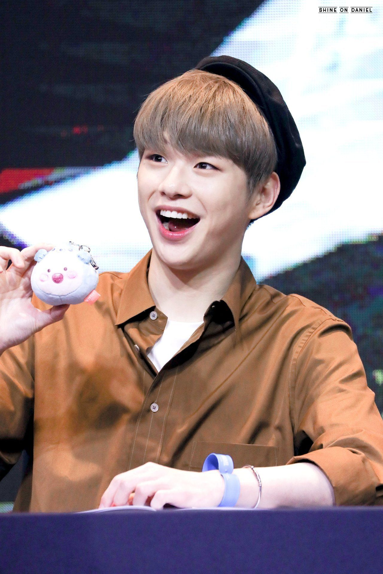 """190803 yeouido fansign SHINE ON DANIEL ϟ do not edit. "" #kangdaniel"
