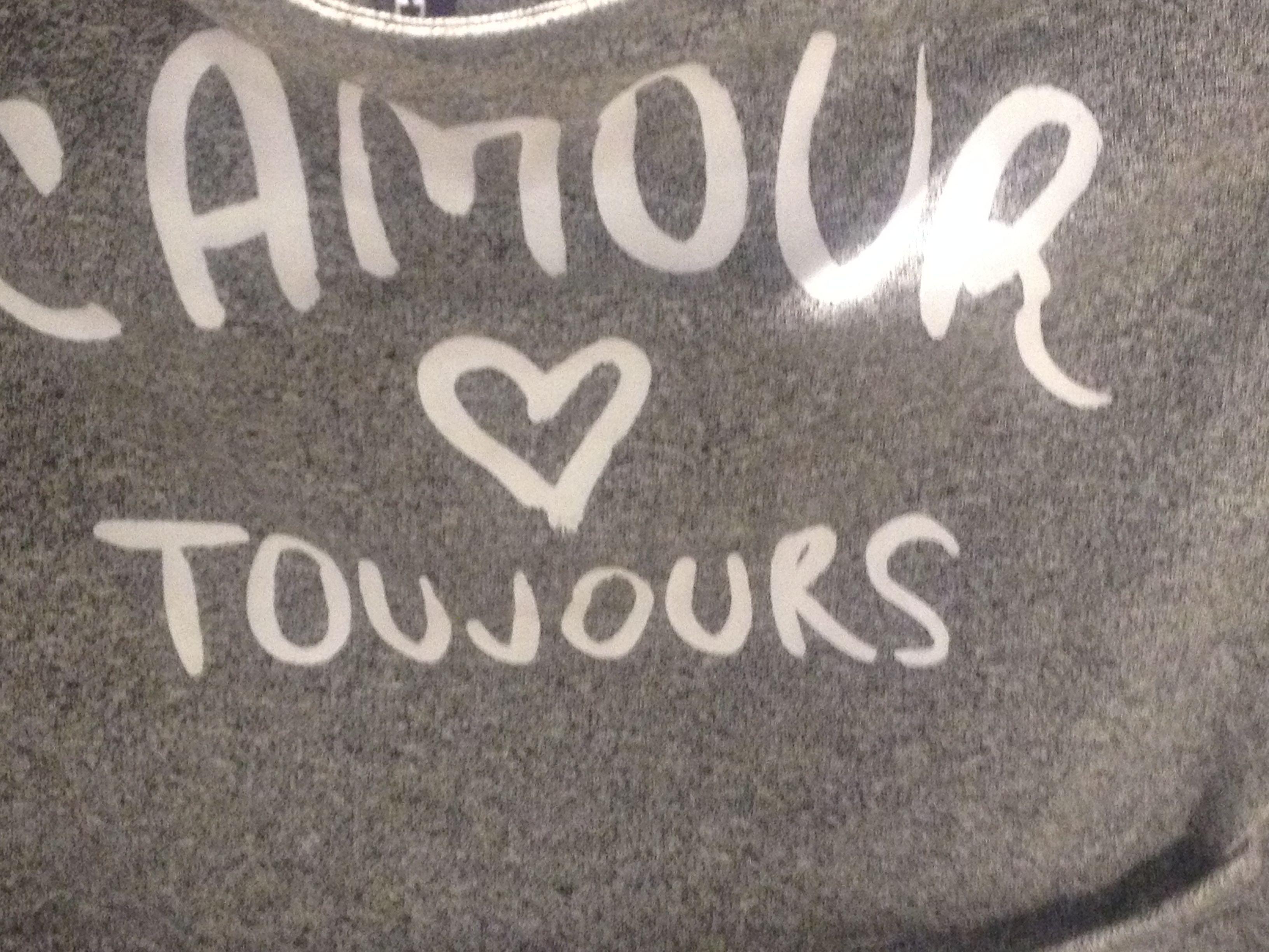 Lamour Toujours. Een tekst die op een shirtje staat in de H&M.