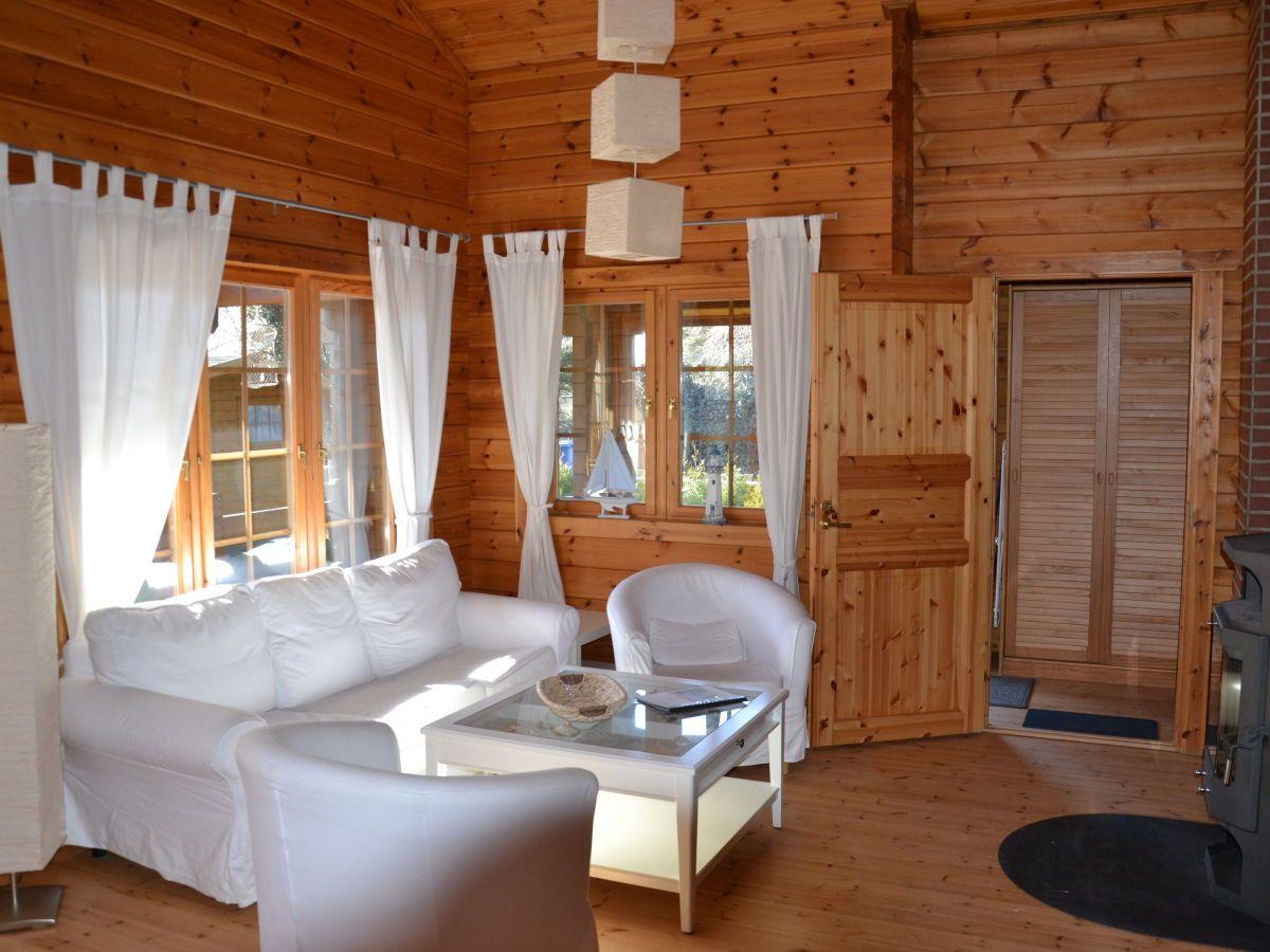 Couch mit Blick zum Kamin Ostsee urlaub ferienhaus