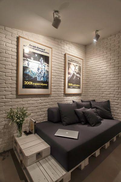 Muebles hechos con palets en un apartamento masculino en for Reciclado de palets sillones