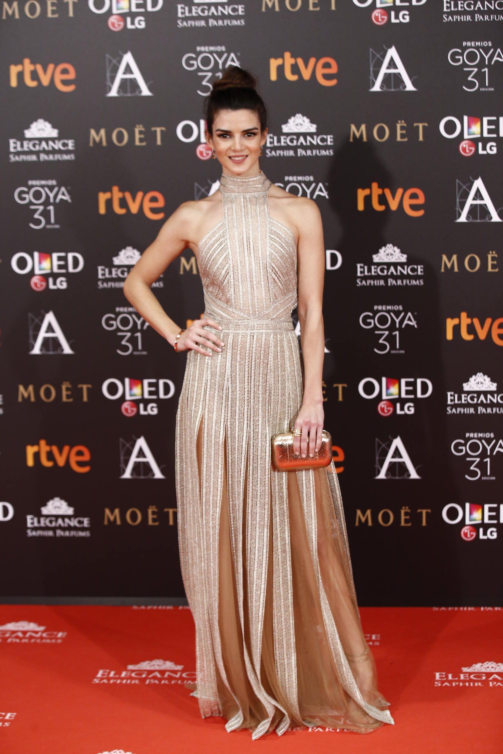 Clara Lago : Con vestido de Santos Costura, clutch de Jimmy Choo y zapatos de Ferragamo.