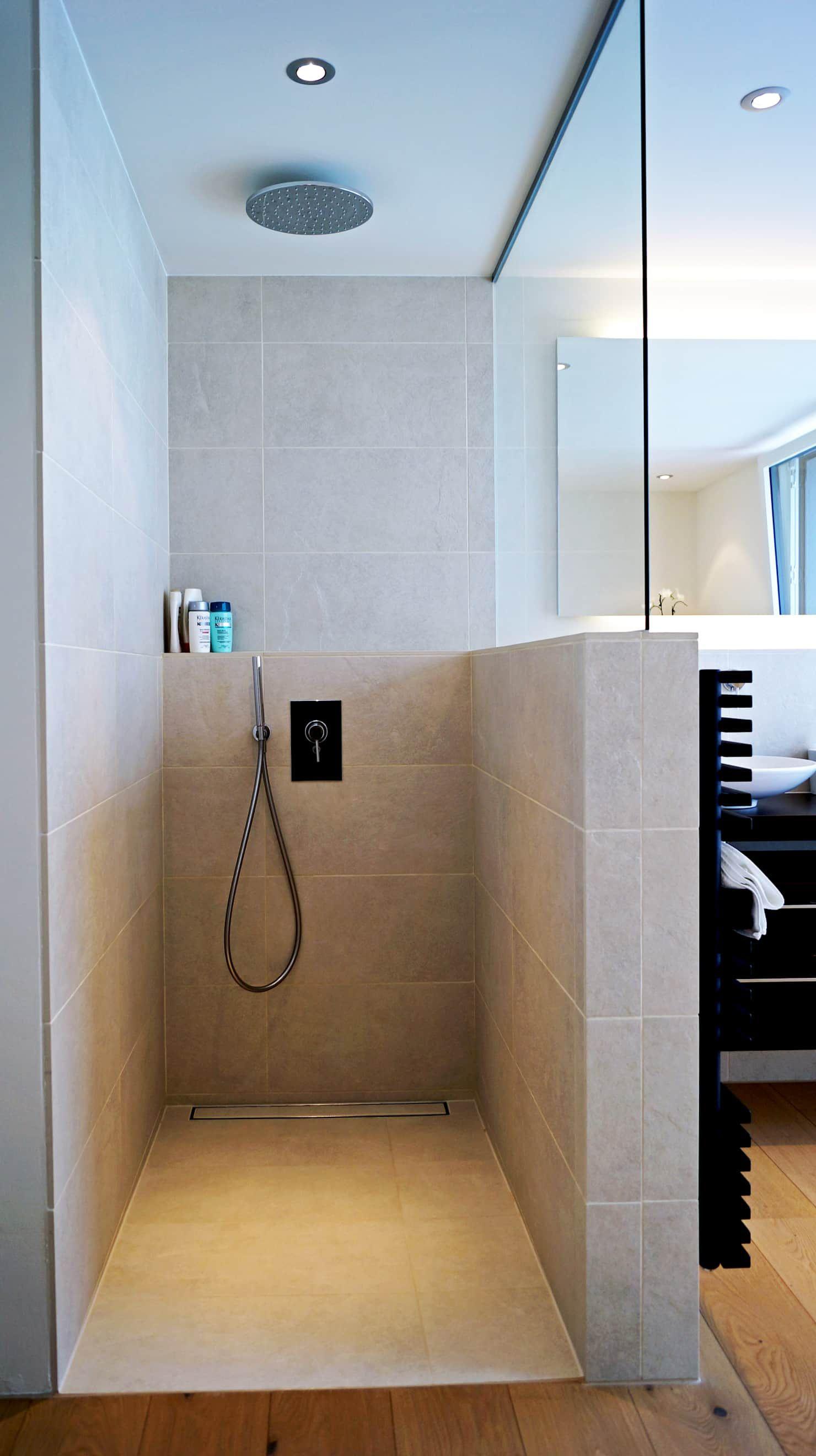Efh oberwil-lieli moderne badezimmer von füglistaller architekten ag modern | homify #modernegärten