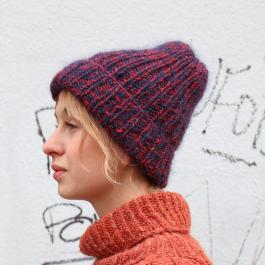 Photo of En superkul og fin hatt som varmer godt på toppen. Kontrastene i garn gir en kul …