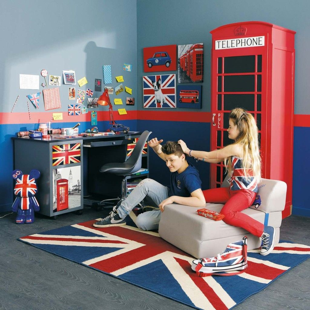 chambre londres avec cabine téléphonique rouge et les drapeaux d