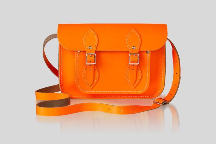 Celebrities y street style con el bolso satchel de The Cambridge Satchel Company: naranja flúor.