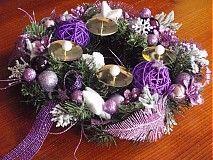 Veľká prútená hviezda s vianočnými dekoráciami vo fialovej farbe. Hviezdu je možné ozdobiť: zlatá, červená, biela, tmavohnedá, modrá...