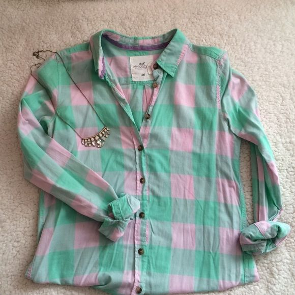 Pink and Mint Green Plaid Button Down Adorable H&M plaid button down in pastel pink and green! I would wear with white jeans for a perfect spring outfit. In perfect condition and will iron before shipping out! Always open to offers or trades and price is negotiable over mercarî! H&M Tops Button Down Shirts