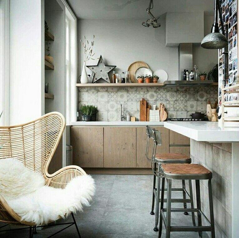 cuisine tendance avec cr dence en carreaux de ciment et meuble en bois coin bar pour d jeuner. Black Bedroom Furniture Sets. Home Design Ideas