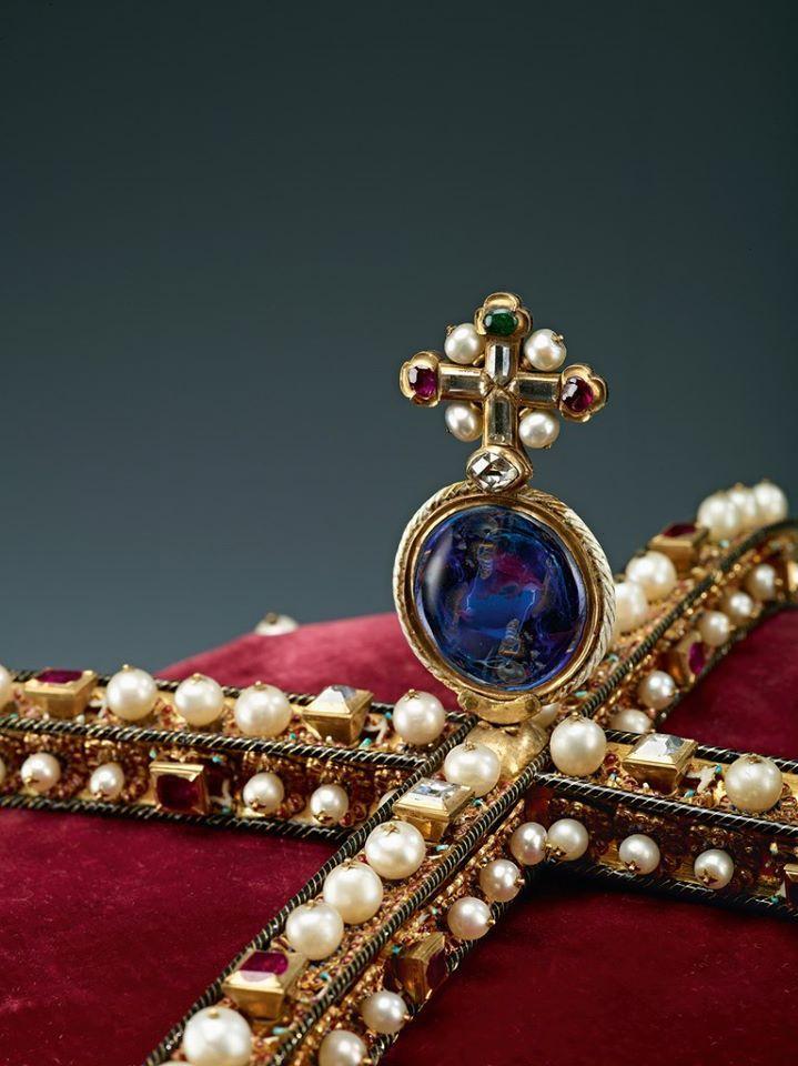 Ein großer Saphir von besonders herausragender Qualität thront als Symbol für die Weltkugel gleich unter dem perlenbesetzten Kreuz des Erzherzogshutes