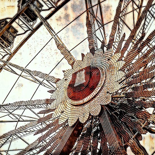 Das Hamburgwappen am Riesenrad auf dem Hamburger Dom #HamburgerWappen #Hamburg #HH #Heimat #hamburg_de #welovehh #welovehamburg #wirsindhamburg #heimathafen #wappen #hamburgerdom #riesenrad #typischhamburg #domhamburg #kunst #fotokunst #textur #santpauli #heiligengeistfeld