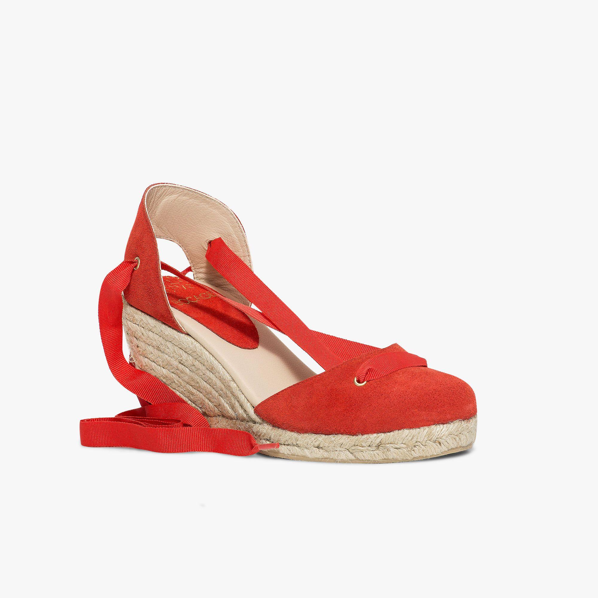 a5cc931ee5d Sandale rouge en cuir velours à semelle compensée et lacets cheville ...
