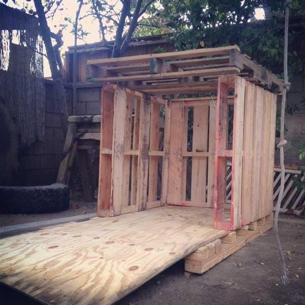 Diy outdoor tiny pallet playhouse furniture plans small simple also best cubby house ideas images backyard patio home garden rh pinterest