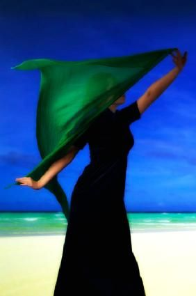Ricardo Demurez - Woman on the beach with green scarf