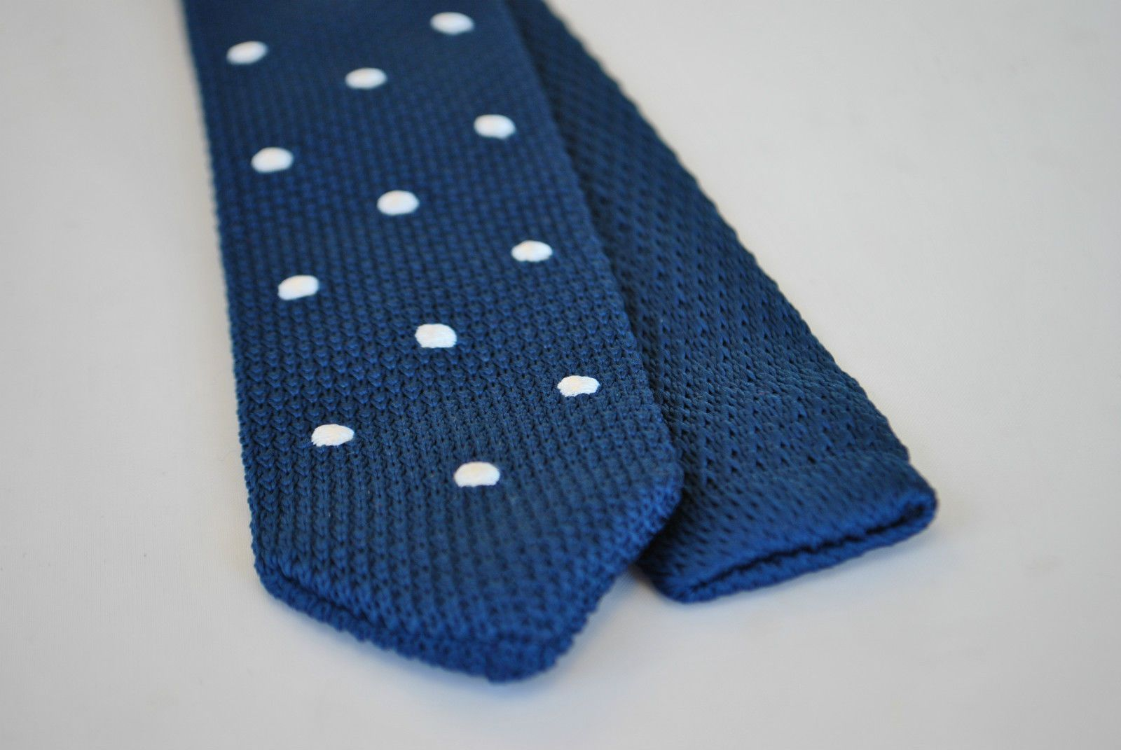 Frederick Thomas navy blue knitted tie & white spots with pointed ...