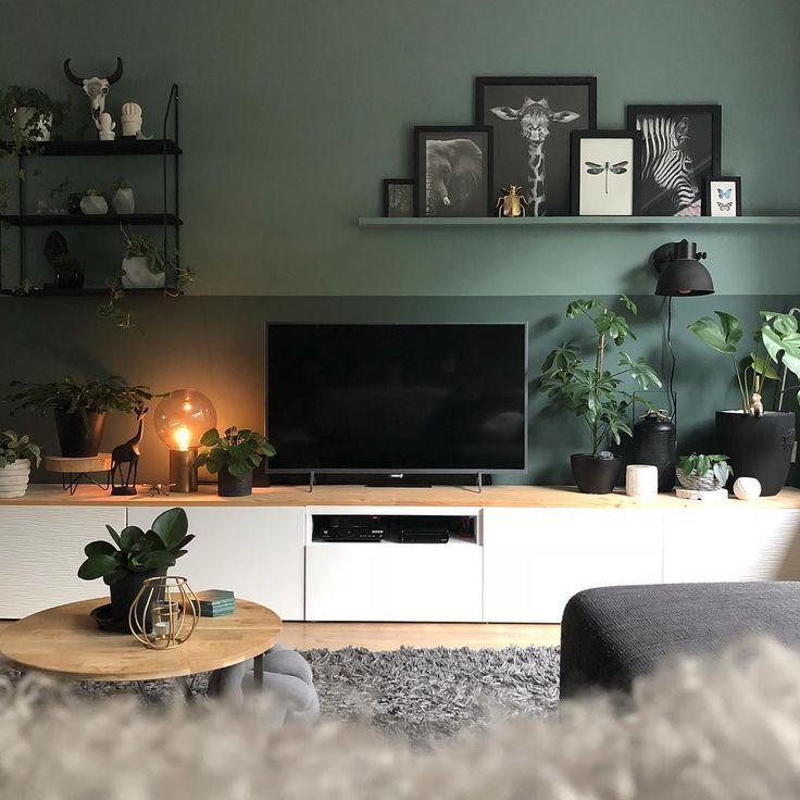 Zwei getönte grüne Wände, Pflanzen und Bilderrahmen (abzüglich der weißen …   – Schöner Wohnmen