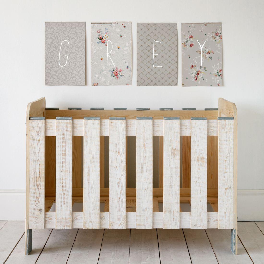 cuna enmarcada con unos lienzos verticales | Kid's Room ...