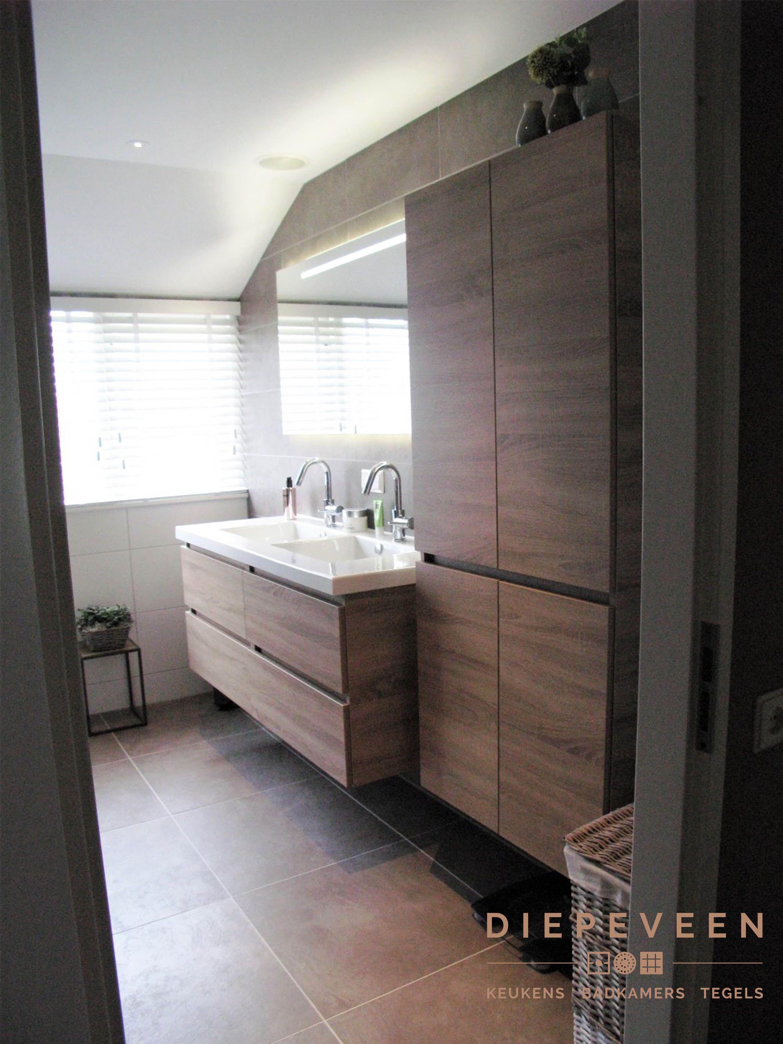 een prachtige badkamer met een ruime wastafel en grote kast