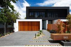 Garagentor modern  modernes haus holz garagentor schwarze etage fassade ...
