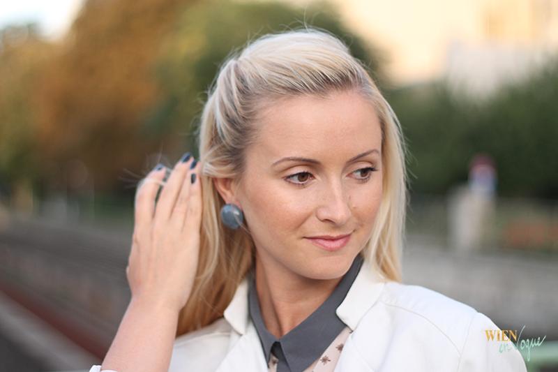 WIEN EN VOGUE - trenchcoate beige, grey earrings