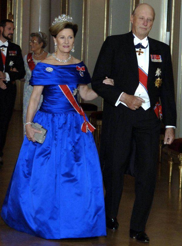 2006 VAKKER VERTINNE: Dronning Sonja gjør sitt inntog i Slottets store festsal i sin kongeblå drøm av en kjole - og utsøkte juveler i diamanter etter Bernadottenes stammor, dronning Desirée.