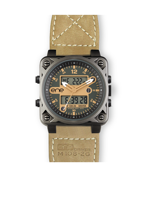 El modelo Driver M108-2G de ENE Watch, evoca claramente los mandos de dirección de un navío o avión militar. El reloj con un look safari muy urbano que impresionará a su portador y llamará la atención por su estilo moderno además de original. Correa de piel reciclada tratada. Con maquinaria Miyota.