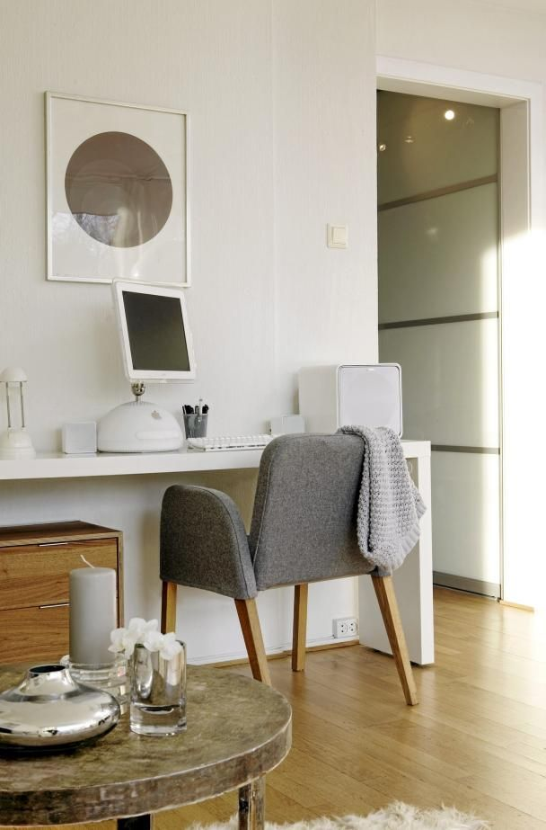 An Ikea Malm Occasional Table Used As A Desk I Want One Of These For A Work Table In My Diseno De Interiores Diseno Para El Hogar Mesas De Estudio