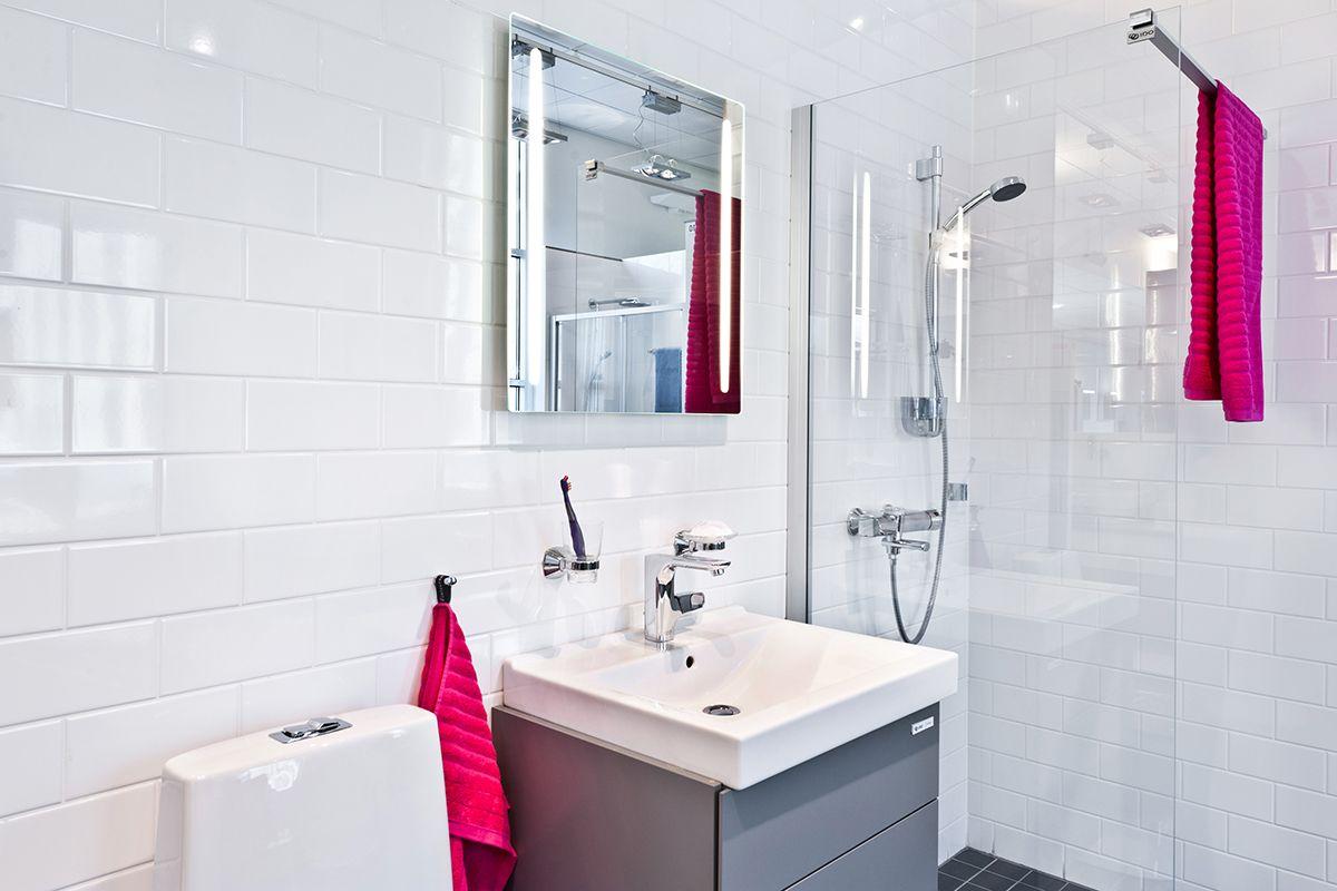 Trendivärit pinkki ja punainen näkyvät myös IDO-Kylpyhuonenäyttelyssä. #bathroom #bathroomdesign #interiordesign #homespa #scandinaviandesign #bathroomideas #bathroomsink #interiordecoration #toilet #sink #finnishdesign #bathroominspiration #ceramics  #bathroomidea #tap #washbasin #fauset #sanitary #porcelain #interiorideas #shower #showerhead #toiletseat #exhibition #modern