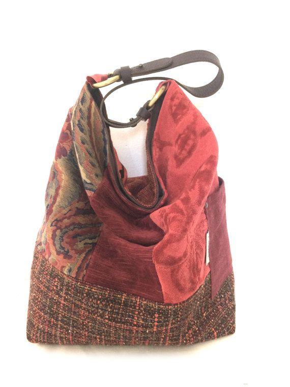 Une seule anse, des lignes minimalistes et souples, le sac SO est léger et pratique avec sa grande contenance, sa fermeture magnétique, sa large poche zippée et son mousqueton au bout dun lien. Il se porte à lépaule, au coude ou à la main sans toucher le sol.  Le sac seau SO... Classy associe 5 tissu de toile, soie brodée et velours à une base en tissu chiné. Une petite poche latérale bien pratique sintègre dans l association de tissus. Un soupçon de lamé dans le tissu de la base apporte…