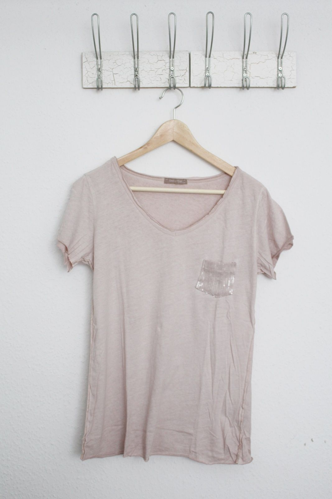 DEINLIEBLINGSLADEN Basic-V-Neck mit Paillettentasche, rosé