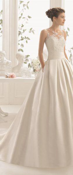 gefunden bei HAPPY BRAUTMODEN         Brautkleid Hochzeitskleid elegant edel spanisch Aire Barcelona AireBarcelona fließender Rock Spitze Mikado #rosaspitzenkleider