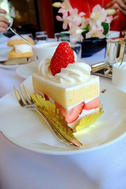 蛋糕上的草莓 你會先吃掉還是留到最後? 原本抱持著:「草莓蛋糕不就都那樣」的想法 但這家老字號甜點店完全顛覆了刻板印象 其實越簡單的東西 越能看出蛋糕師傅的功力 這是我們目前吃過最厲害的草莓蛋糕! repin it