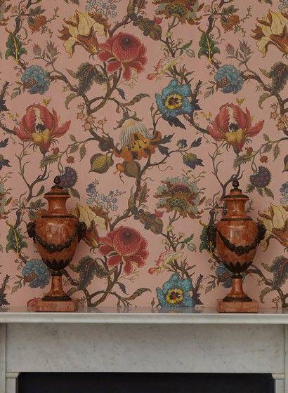 Verwilderte Blumen mit viktorianischem Anklang: Das Wandbild Artemis von House of Hackney ist inspiriert vom Stil der berühmten Modejournalistin  Diana Vreeland. #britisch #englisch #design #tapezieren #vintage