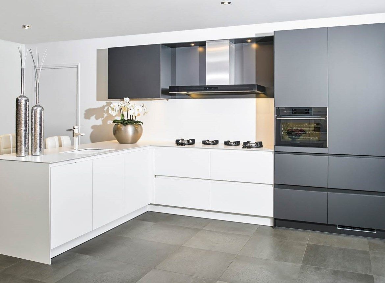 Moderne keuken in hoekopstelling met greeploos front uitgevoerd